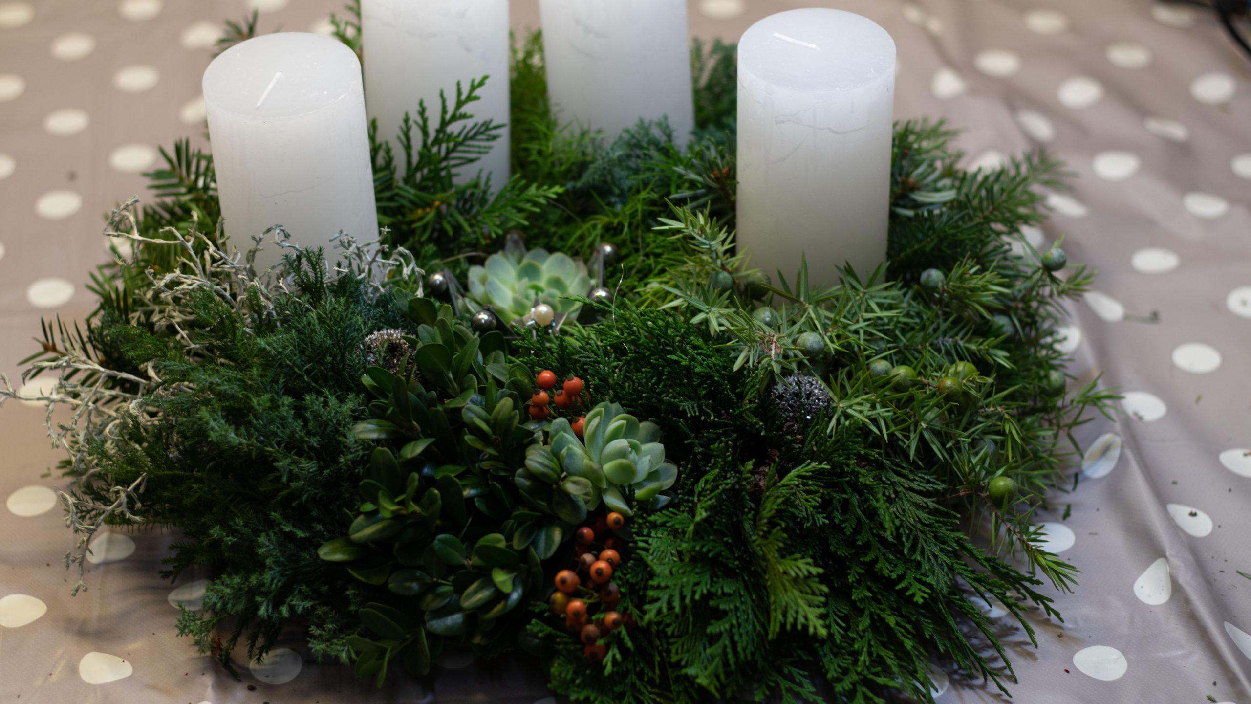 Adventskranz selber machen weisse Kerzen