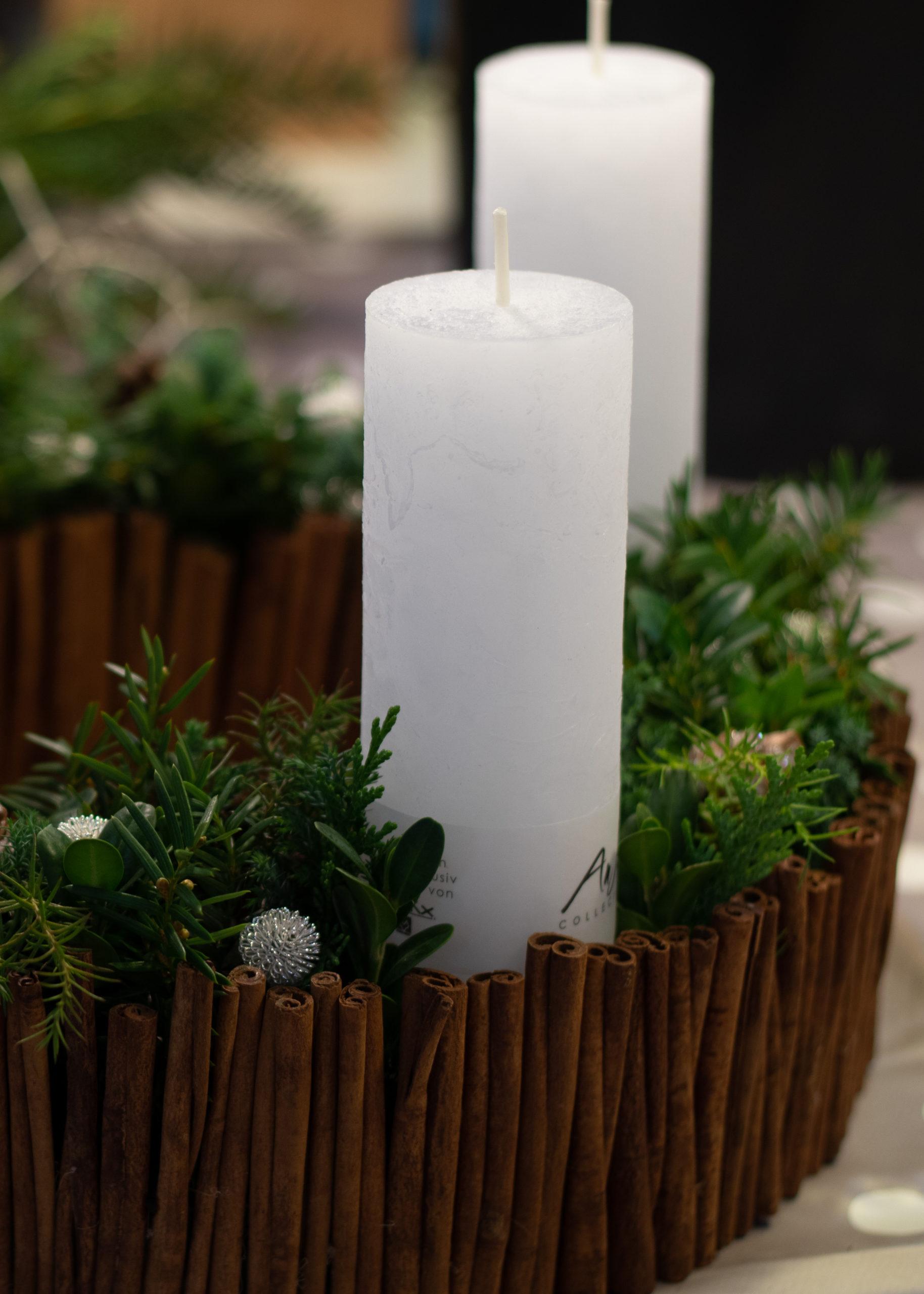 Adventskranz selber machen Zimtstangen weisse Kerzen