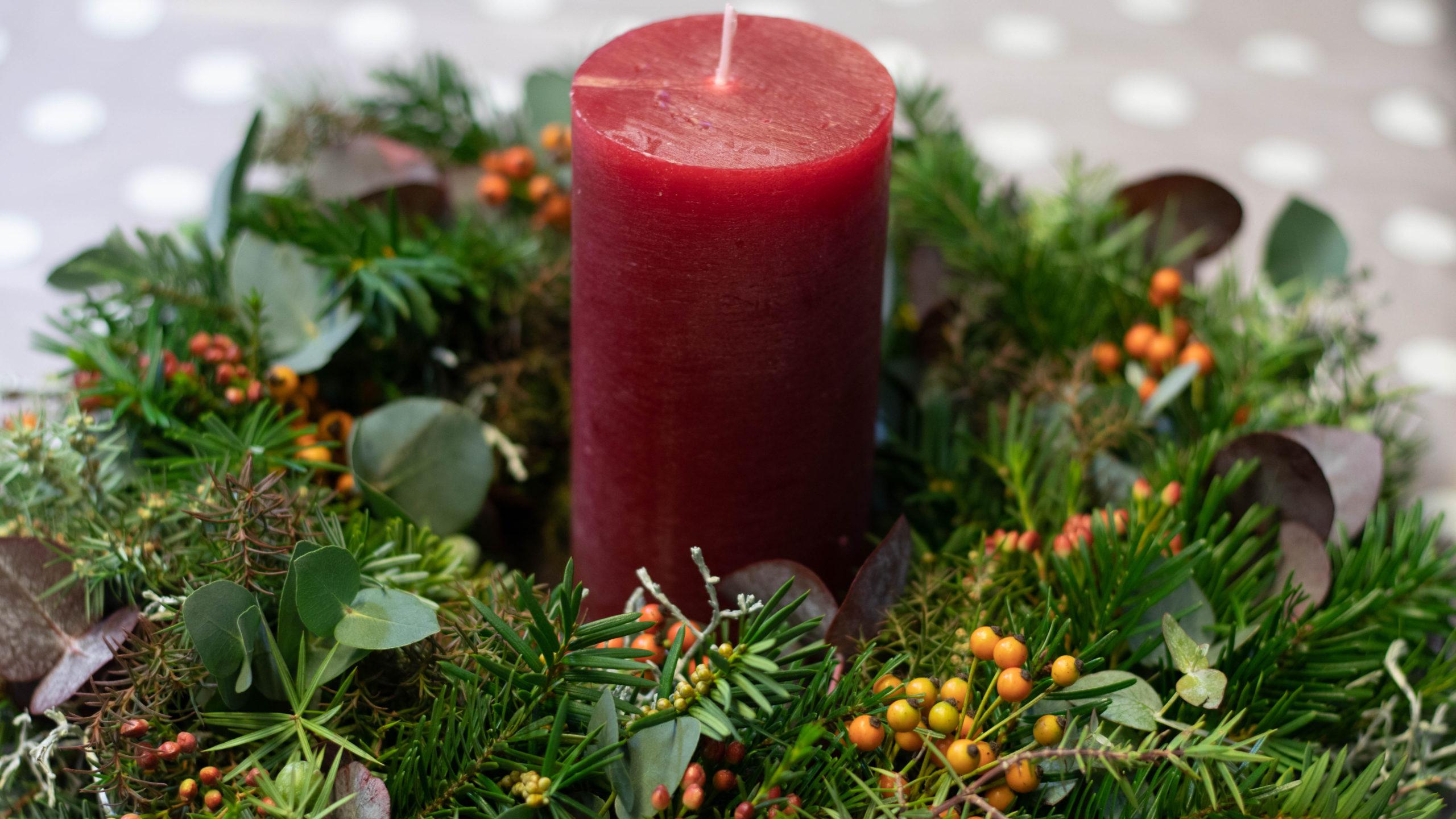 Adventskranz selber machen bunter Kranz mit roter Kerze