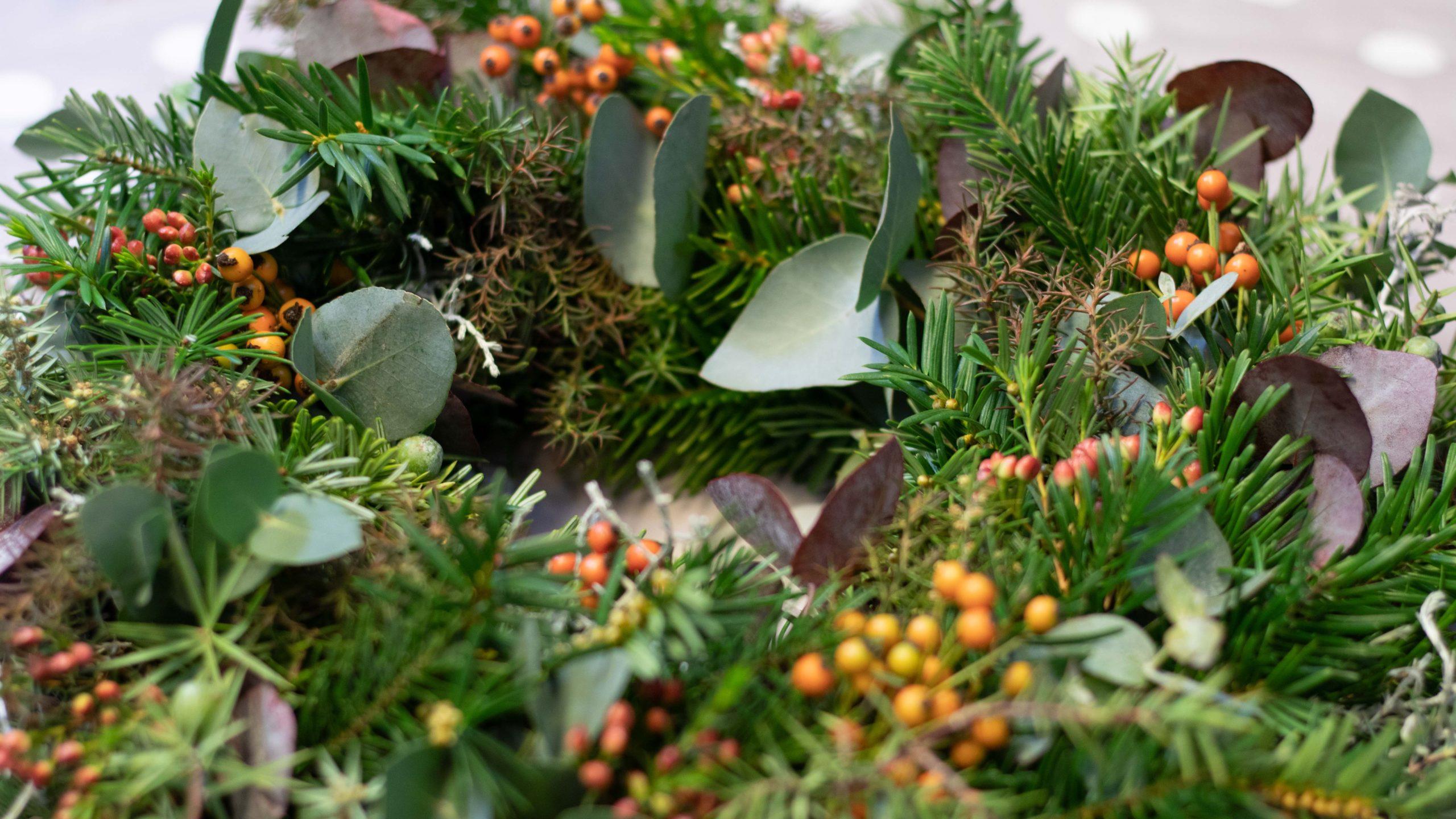 Adventskranz selber machen Kranz mit Beeren und Eukalyptus
