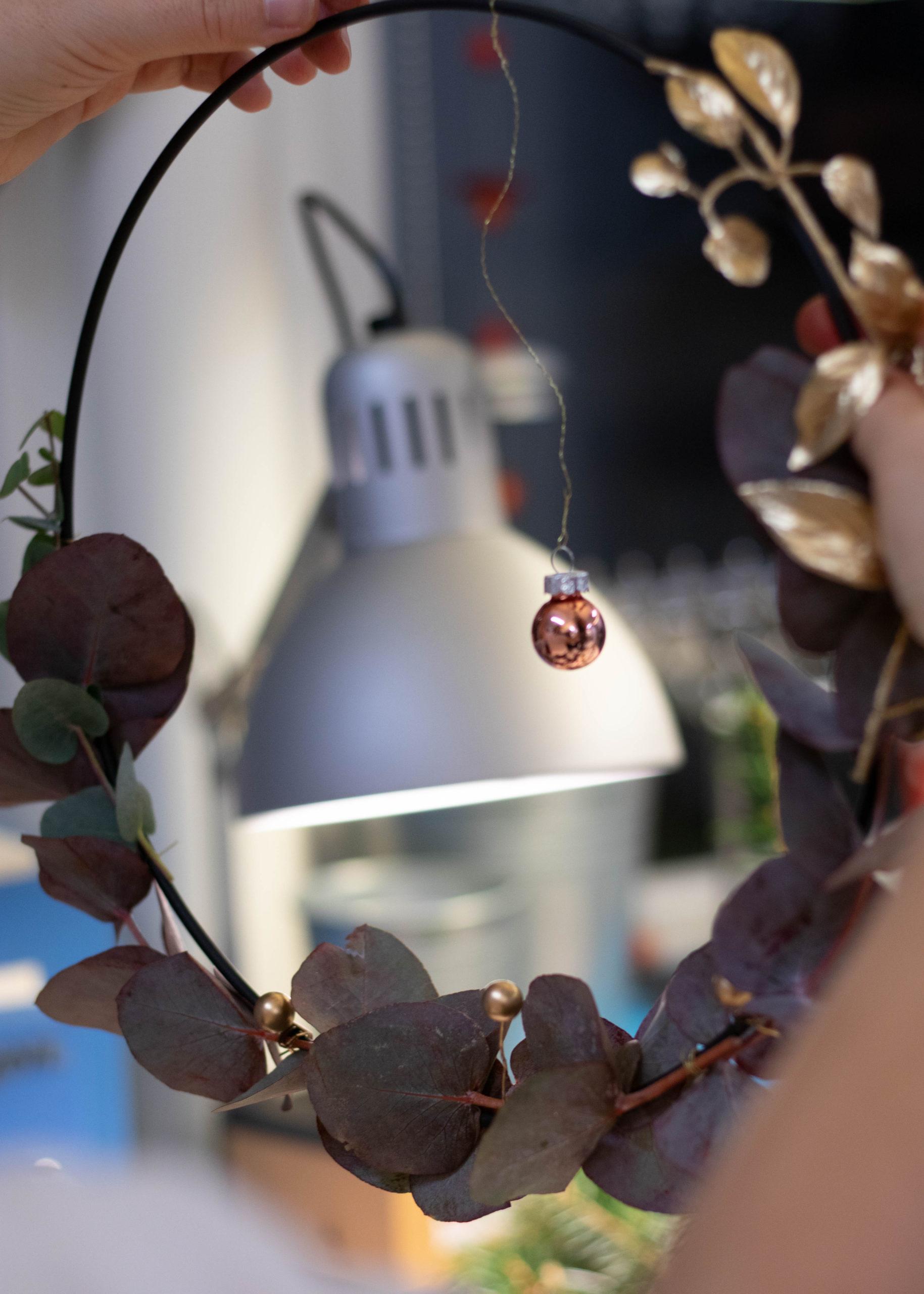 Adventskranz selber machen Ring mit Kugel